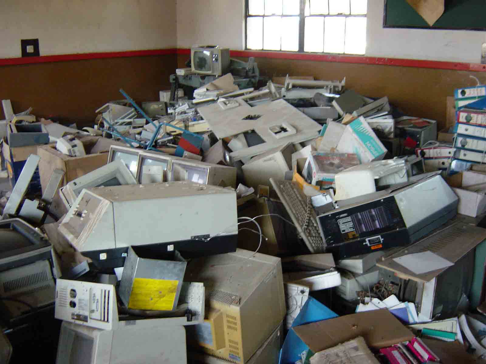 Computer waste in Starehe Boys' School, Nairobi in the early 2000s